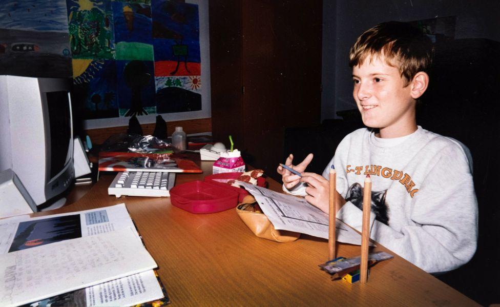 兒子告別式「出現一群陌生人」 爸打開電腦才發現...他這10年「人生比富翁還精彩」!