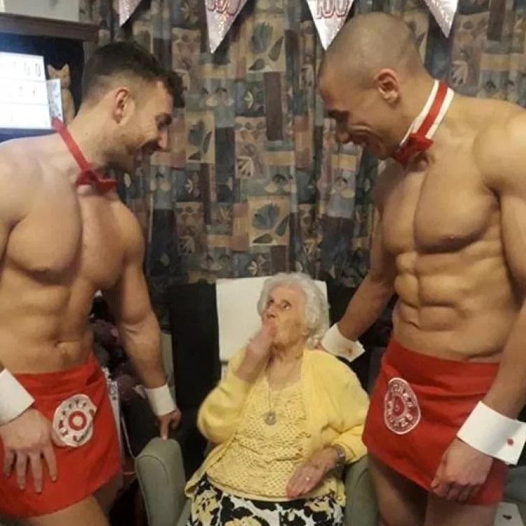 百年慶生會「猛男只穿紅圍裙」進場 阿嬤瞬間回春「進入驗貨時間」:活這麼久值得了!