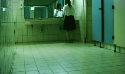 上廁所手機沒帶...女大生「BANG」一聲門鎖壞了!超神「逃脫方式」獲2萬個讚:太有畫面了