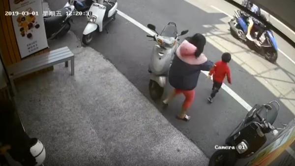 5歲男童「突衝出馬路」害她慘摔 家長趕來「沒道歉」就閃人:都是小孩的錯!