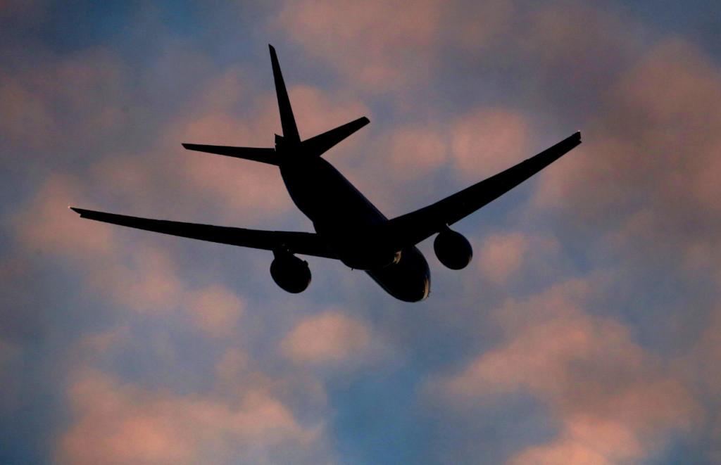 中國2傻妹朝飛機引擎「丟硬幣」 260人嚇到狂抖...她喊冤:我在祈求飛行平安!