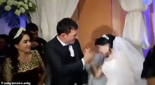 新郎在婚禮上因為「吃不到蛋糕」暴怒 網友發現「新娘臉上的紅掌印」傻眼:現在就離婚!
