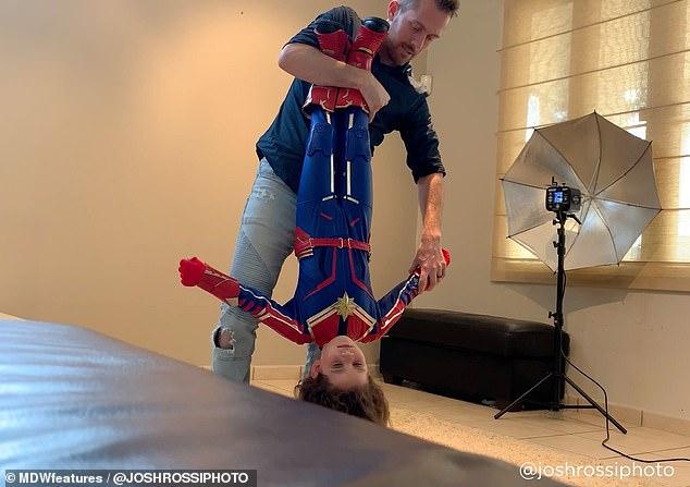 小女孩穿破鞋被同學嘲笑勇敢回嗆「我是超級英雄我不怕」 暖爸讓她「真的變身了」!