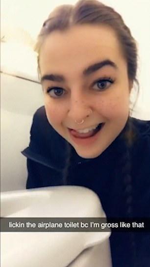 影/女子機上廁所內自拍 伸舌頭「狂舔骯髒細菌」:因為我跟它一樣低俗