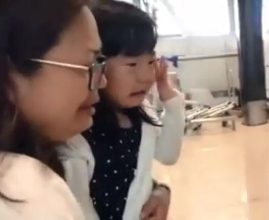 幫傭姐姐回印尼 女童機場「崩潰大哭送行」網友跟著爆淚:已經是家人了!