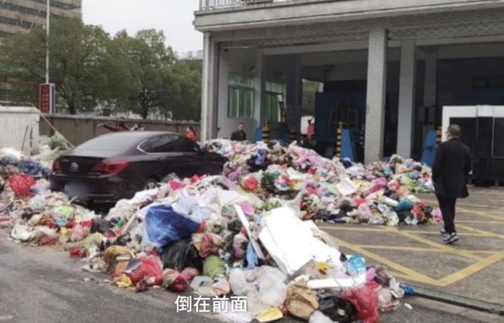 轎車把垃圾場入口當免費停車格 清潔員火大「用垃圾海」給他最臭教訓!
