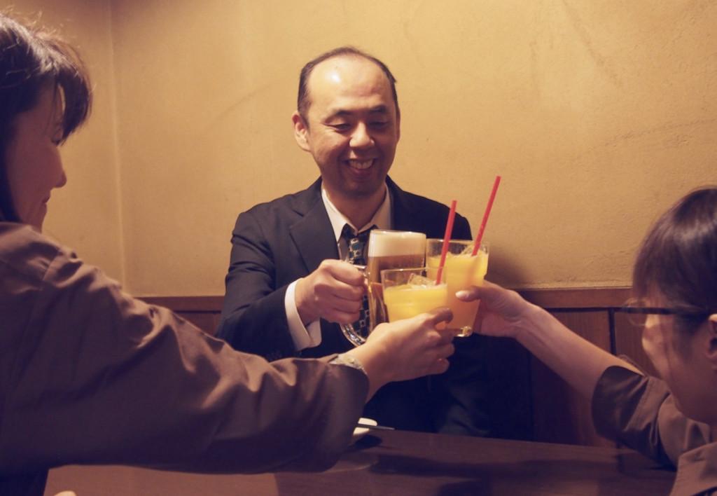 餐廳推出「邊緣人限定」的離職派對 沒同事送別...店員拿鮮花出現救援!