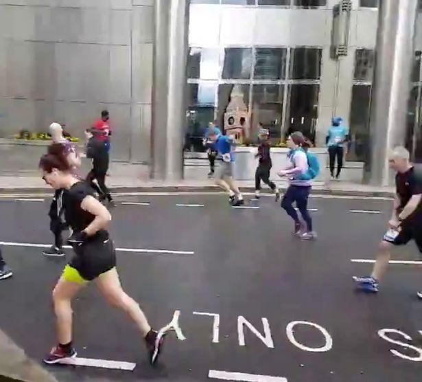 英國「大笨鐘」出現在街頭狂奔 一吹風「超蠢真面目」曝光網友笑翻:男人才有的堅持!