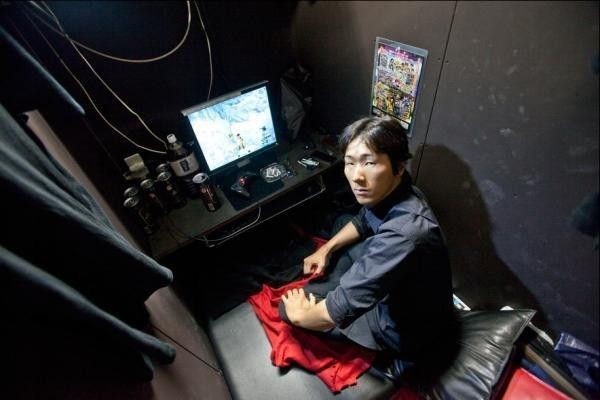 日本出現大量「網咖難民」 把人生全塞在「1坪小房間」:這樣比較輕鬆...