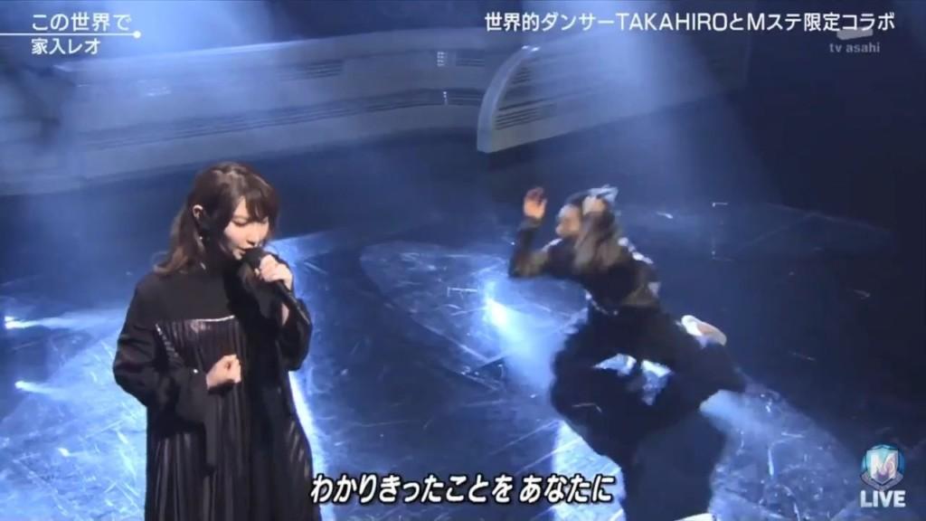 女歌手歌聲優美「卻慘被忽略」 觀眾緊盯「卡到陰的伴舞」嚇壞:好可怕...