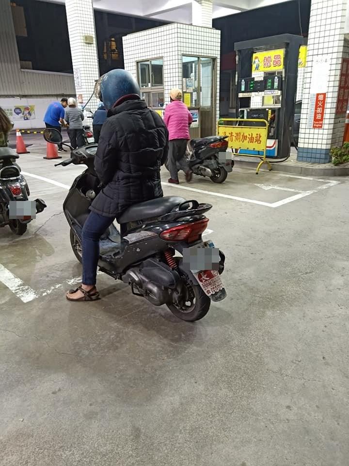 他好心幫阿嬤「用腳推車5公里」找加油站 事後「超卑微苦求」他無奈:怕正義魔人太狠!