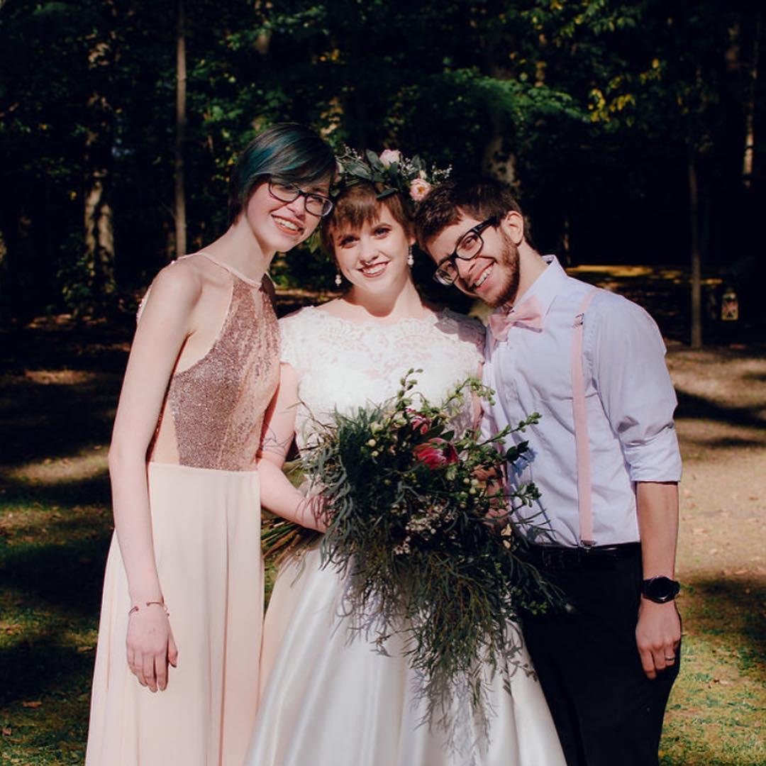 新娘在婚禮上「心被伴娘偷走」 老公知道後「雙人床變3個人睡」超開心:我也喜歡!