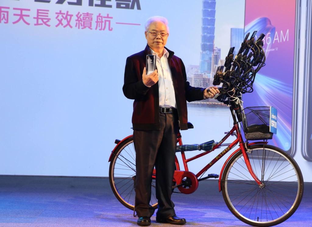 超狂「寶可夢阿伯」擠下孔劉成華碩代言人 22支手機+腳踏車「狂玩法」登上外媒