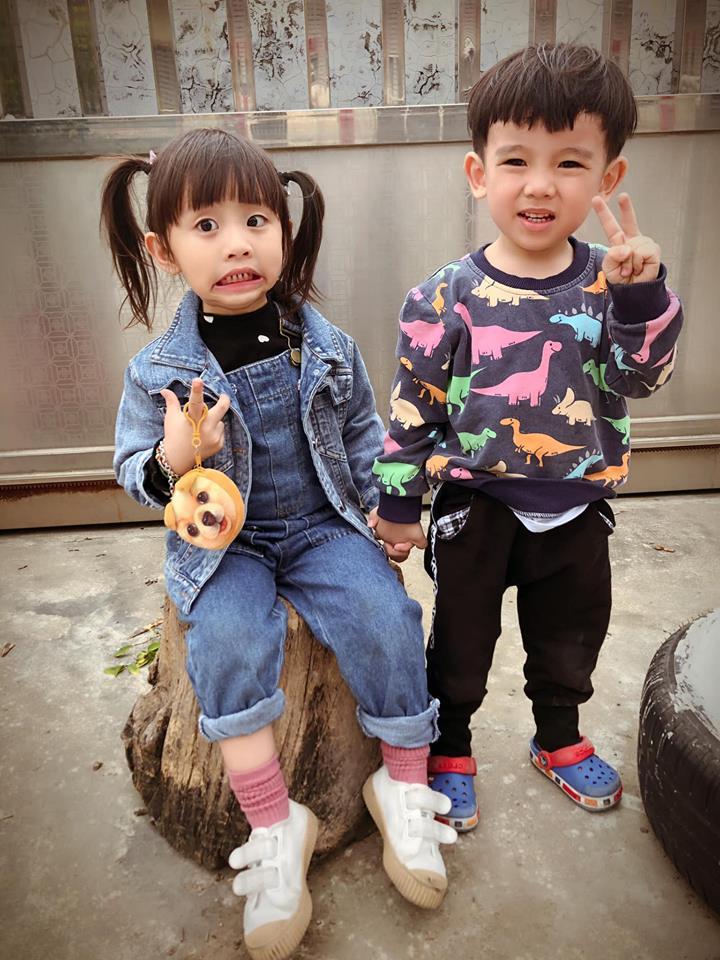 媽媽喊「看鏡頭」準備幫女兒拍照 天真妹的「超萌反應」讓網友心動了❤️️