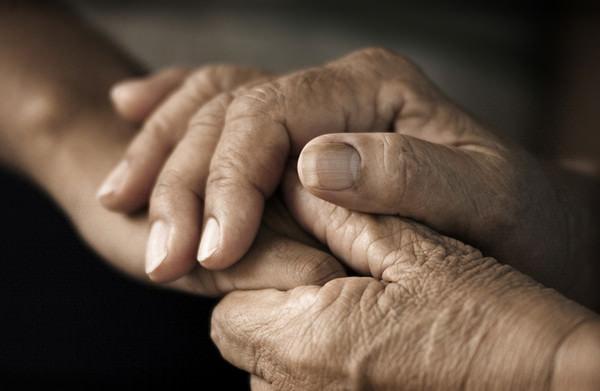 暖護理師「忍受穢物惡臭」貼心照顧病患 老奶奶離世當天「聞到祂回來道謝」