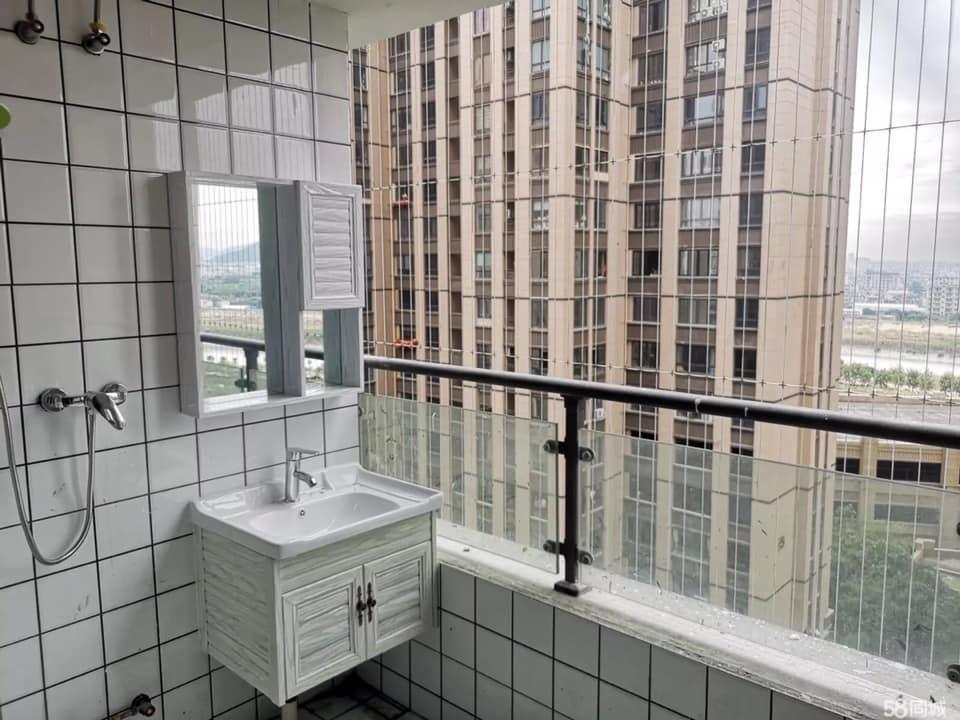 她找到便宜房子正想簽約 一到陽台卻見「超Open浴室」母湯到不行!