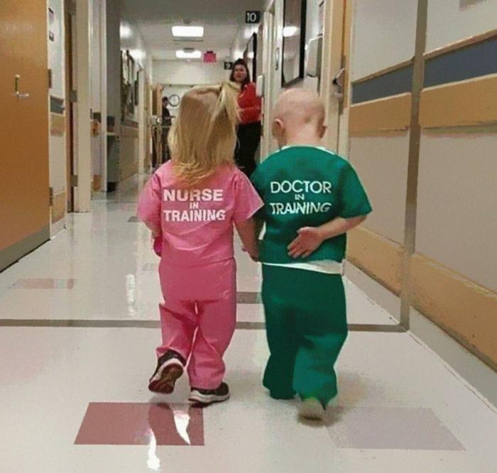 他分享小孩穿上醫生服可愛萌照 網友一看「衣服上文字」卻氣到爆罵:噁心!