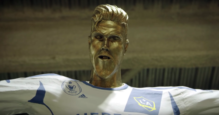 又一個崩壞雕像!貝克漢一看下半身「期待笑臉→面如死灰」全被拍下 藝術家還站他旁邊
