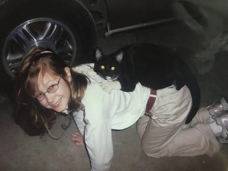 21張證明「父母都該給寶寶一隻毛孩」超暖照片!走進門...貓咪竟在哄女兒睡覺~