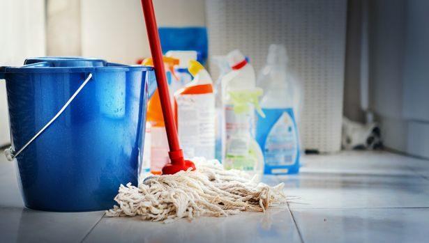 媽媽幾年來以為廚房地板是「灰黑色」 換上最強清潔劑...才驚覺都是「超噁心物質」