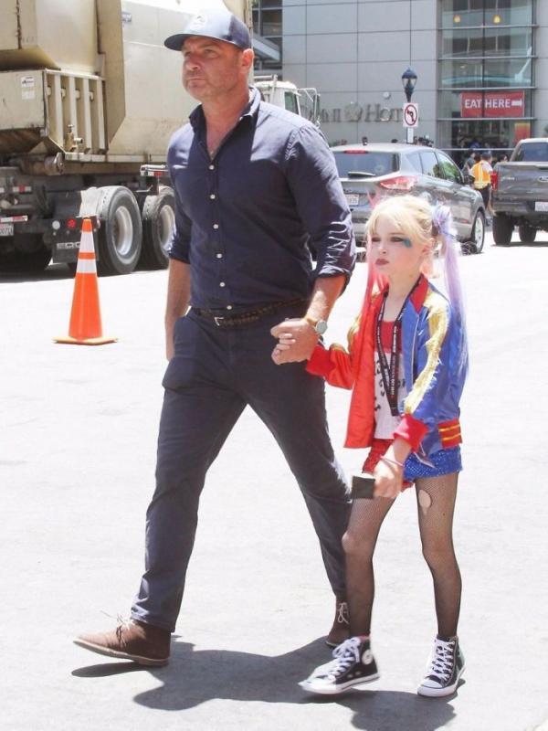 女星帶2兒子出門卻被「誤認是女兒」!他金髮飄仙氣「打扮成小丑女」網超驚艷:不想當女生了