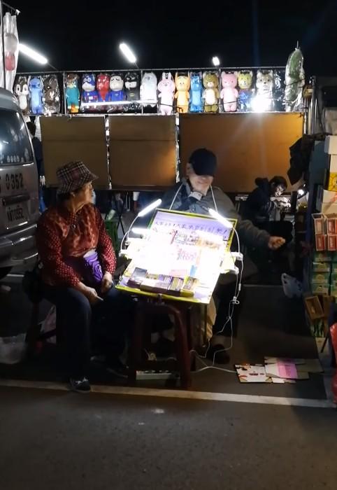 影/阿公賣彩券「又被路人摸走」整天工作白費 氣到「敲自己」她目睹過程泛淚:請多幫捧場!