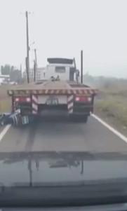 影/大卡車喝茫上路拒攔檢警察騎機車猛追 司機竟倒車「要直接送他上西天」