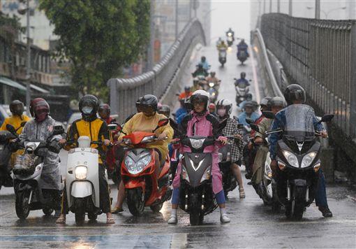 下雨天騎車「抹布一直被幹走」超崩潰 神人分享「超臭防偷妙招」此生沒人敢拿