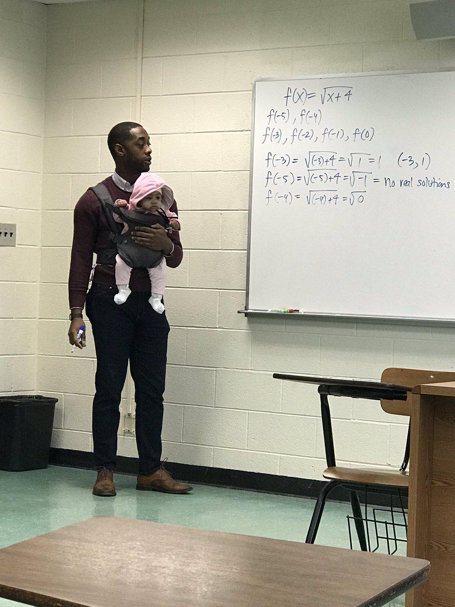 爸爸「帶寶寶一起到大學上課」!教授看不下去霸氣一把抱過來:我來,你專心抄筆記