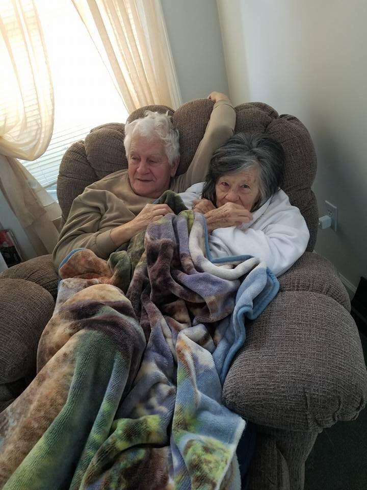84歲深情爺帶愛妻逛百貨 突然跪下「還她欠了63年的戒指」路人感動到哭!