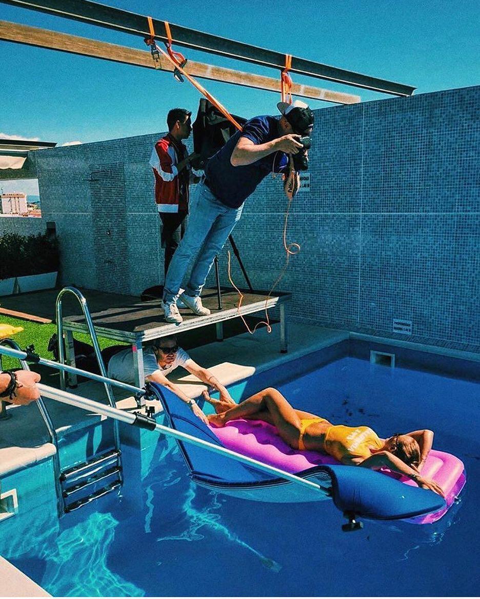 8個為「網美女友」賣命拍照的使命必達男友 壯男友「潛水舉5女」拍出傳奇照