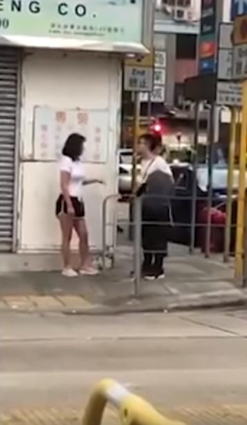 渣男「劈腿被女友抓包」全被錄下 白衣妹邊哭「邊展現壞脾氣」嚇傻路人:想讓他後悔?