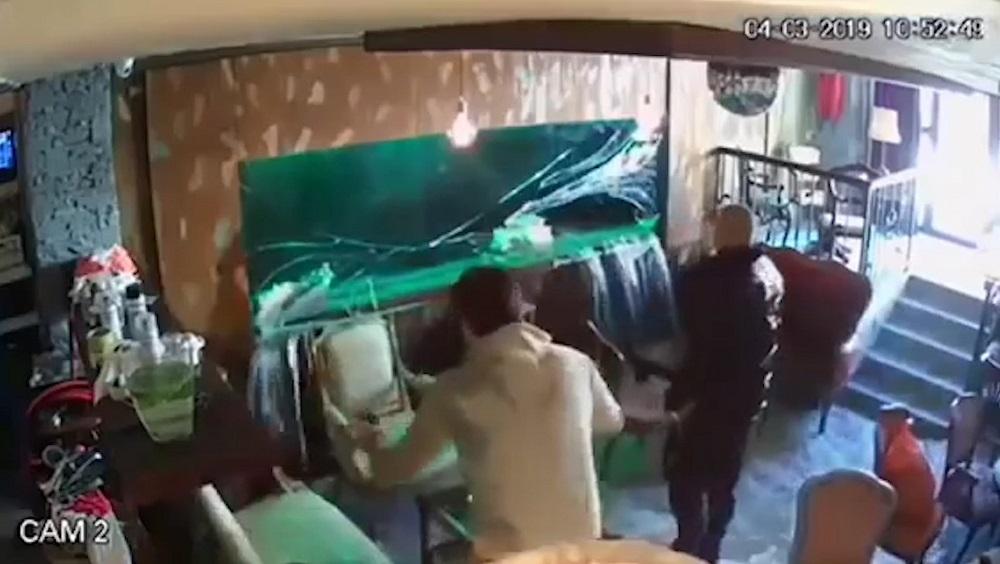 咖啡店魚缸爆開「直接變瀑布」把客人沖走 「玻璃上裂痕爬出」的畫面就是意外徵兆!