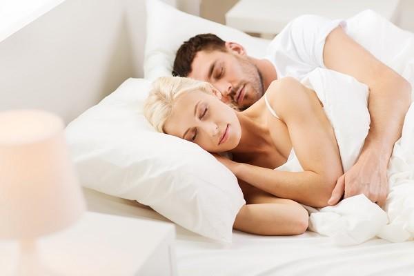 去潔癖男友家過夜「床單一片紅」被發現!他為女友「欺騙老爸」網被萌翻:可以嫁了~