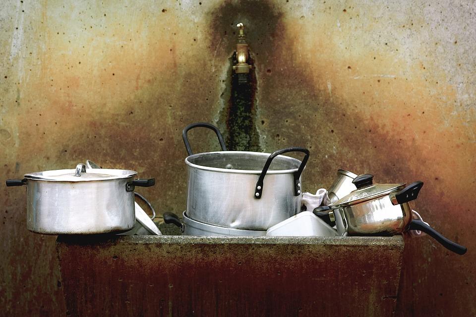 結婚23年「每一餐都有蟑螂」丈夫心累求離 他目睹媽媽「吐出來又吞下去」全家崩潰!