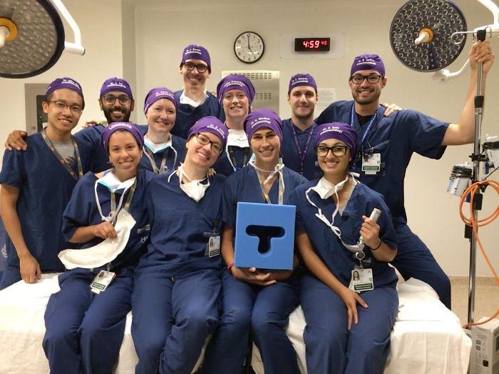 醫師突然在手術帽上「寫名字」被嘲笑 1年後全世界搶模仿「無數性命被拯救」!
