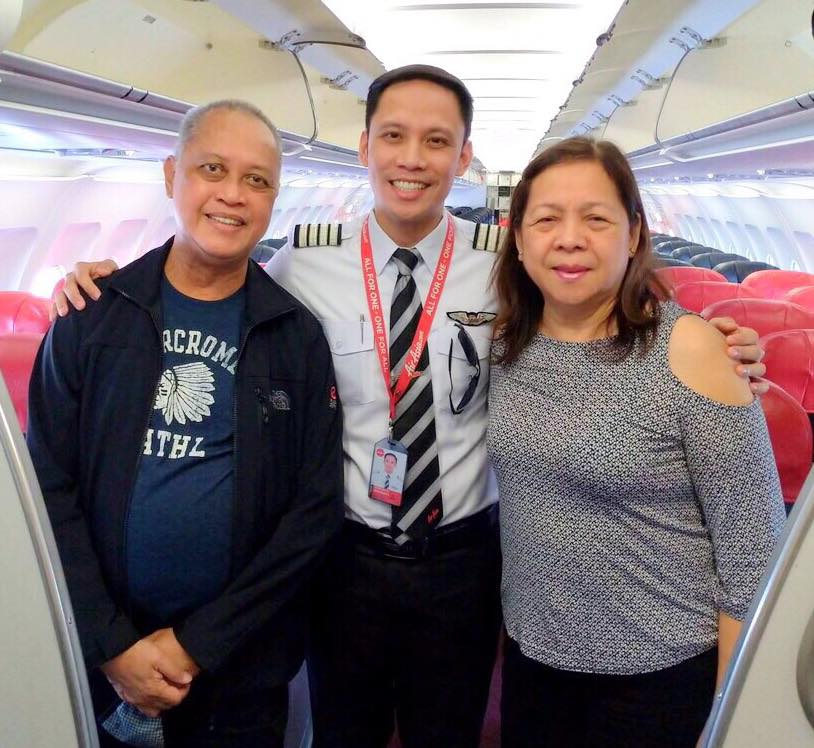 老父親飛台北廣播傳來「機長變兒子」的聲音 所有乘客「聽完都鼓掌」...他秒落淚!