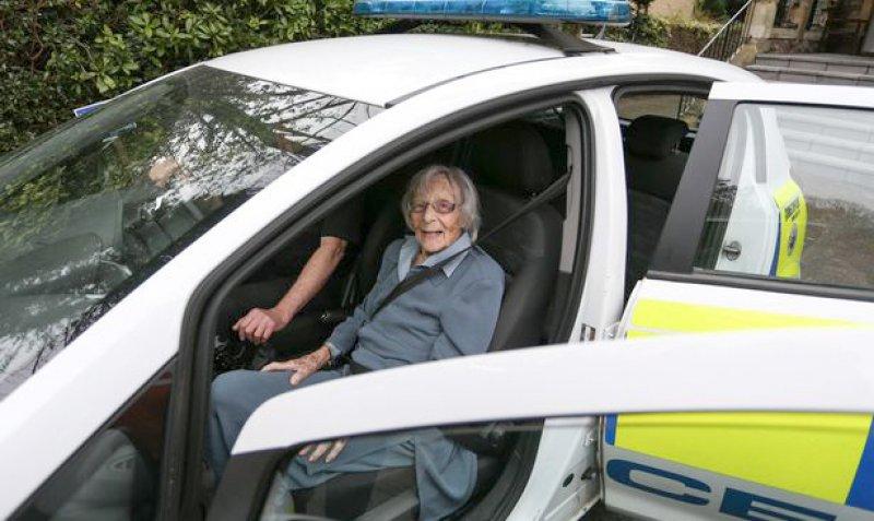 104歲人瑞奶奶被逮捕還「開心燦笑上警車」圓夢 警察:因為她太守法了!