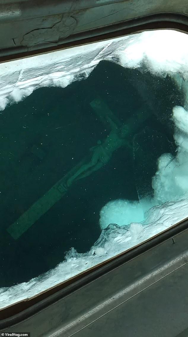 上千人雪地排隊搶看「在水底的耶穌」 背後「沉沒故事」曝光信徒嘆:祂在幫忙受苦...