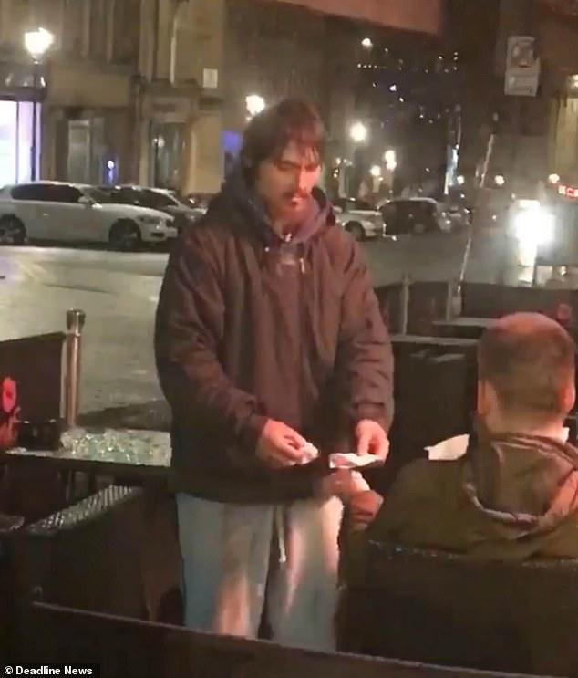 善良哥把「提款卡+密碼」給流浪漢讓他提800塊…看到收據後傻了:人心難測