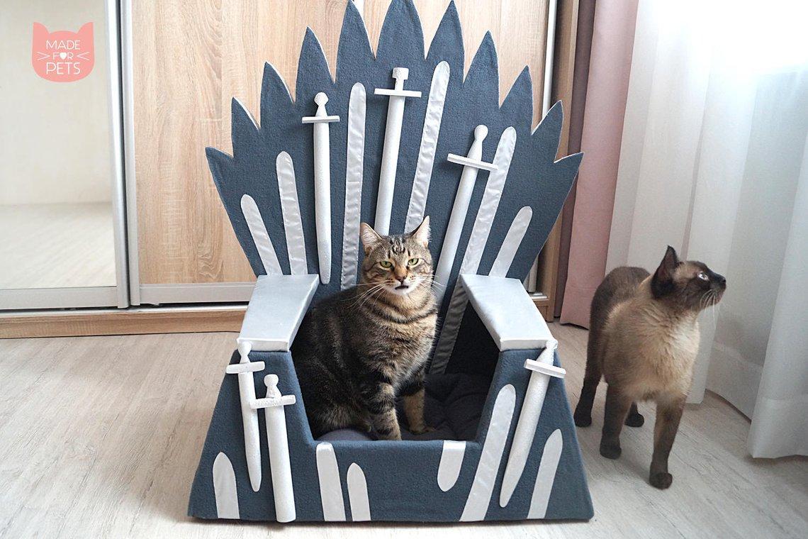 《權力遊戲》還沒結局...粉絲決定先把「鐵王座」上貢給貓皇!