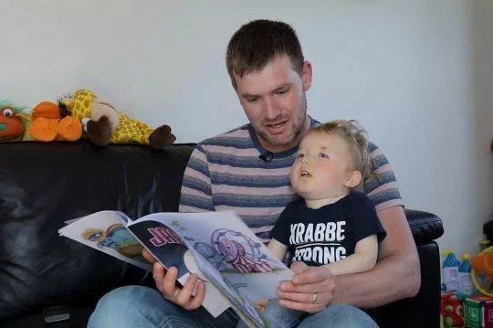 醫生判斷小男孩「撐不過2歲」 藝術爸直接讓「兒子變超級英雄」…奇蹟活到現在!