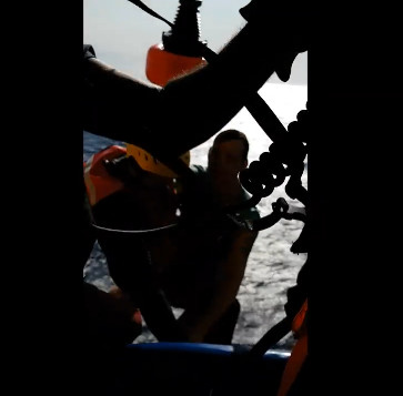 衰男被遊艇甩到海裡「沒穿救生衣」 他學美國海軍「把褲子脫掉」幸運活下來:每個人都該學!