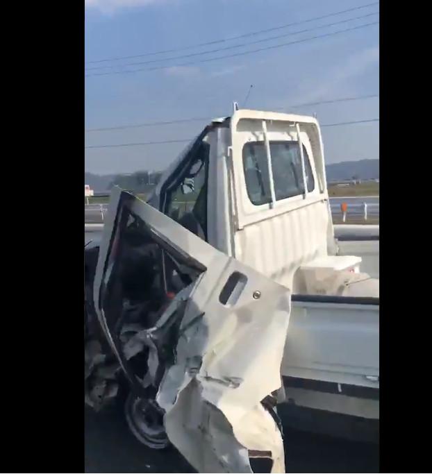 高速公路驚見「崩壞卡車頭」車門直接拖著走...網友嚇傻:真人版俠盜獵車手?