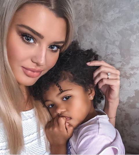 高顏值夫婦在網路分享「黑+白寶貝女兒」美照 網驚豔:最好基因綜合體!