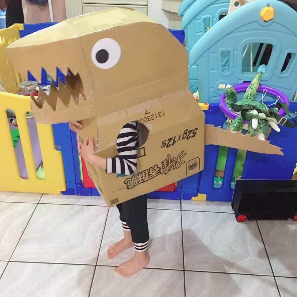 小朋友吵著要當恐龍!苦命媽看「紙箱DIY影片」邊做邊無奈:出社會還要做回家作業