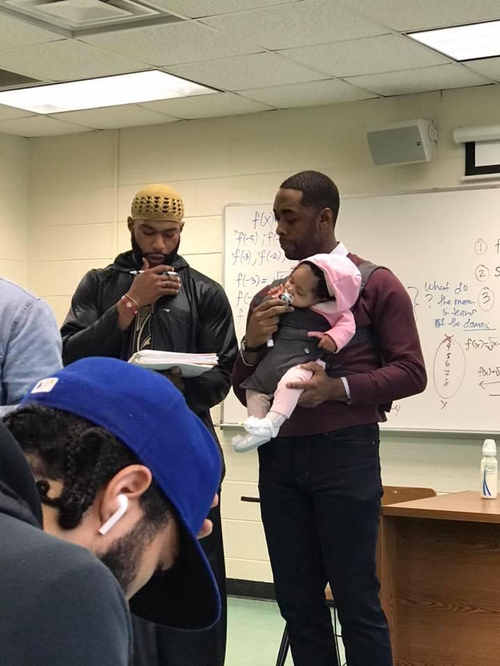 學生找不到保姆只好「帶小孩去上學」 教授看到超霸氣回應:小孩給我,你專心抄筆記!