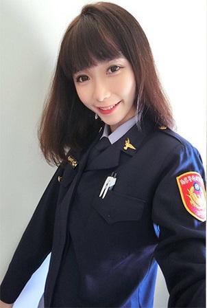 網友在派出所捕獲「超正女警」 PO上網才發現對方是女模警花…撈出自拍照引暴動!