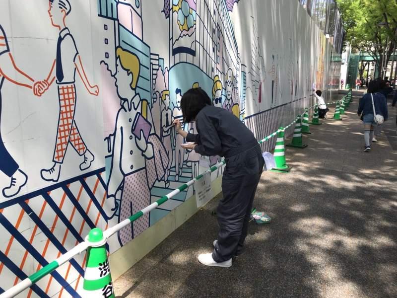 澀谷請來百位美大生畫出「女孩與狗狗」醜工地圍牆變感人故事 短短200M美到路人走不停