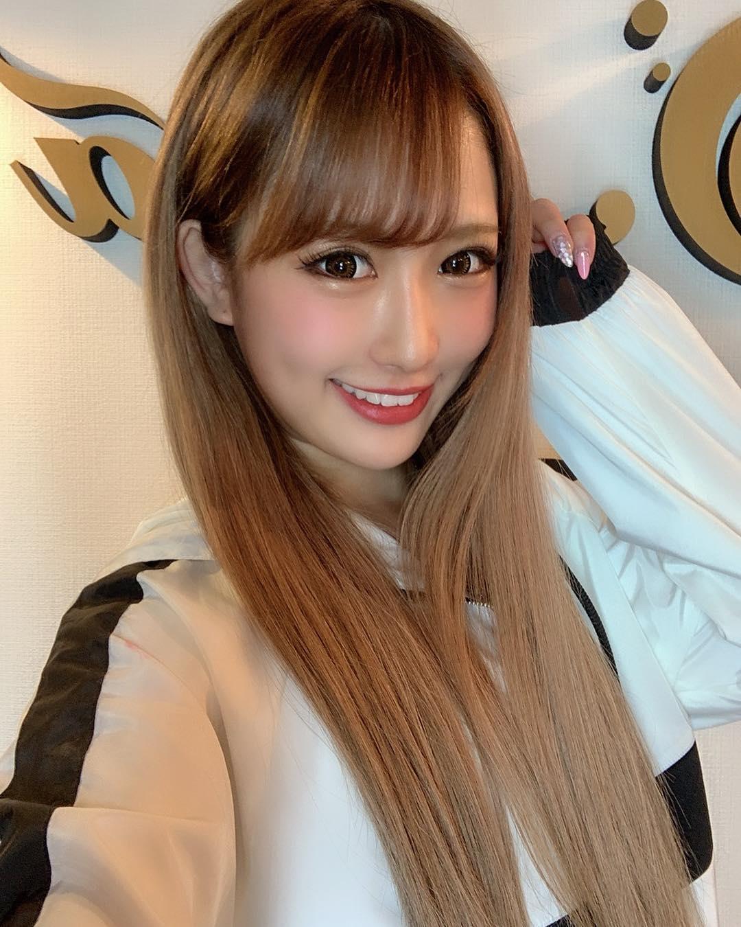 日本「國民小老婆」宣佈畢業!穿「極短迷你裙」曬美腿 粉絲激動:終於合法了~